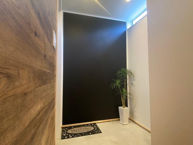 田村市の施工例、貝山・TRETTIO玄関ポーチ脇黒板
