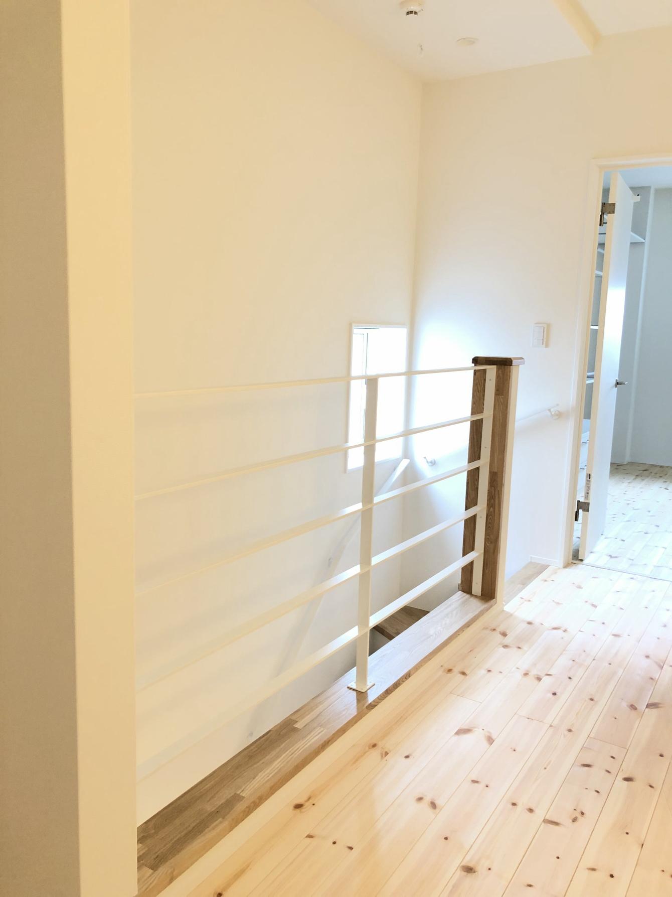 田村市の施工例、コンパクト&北欧デザインの家2階廊下から階段
