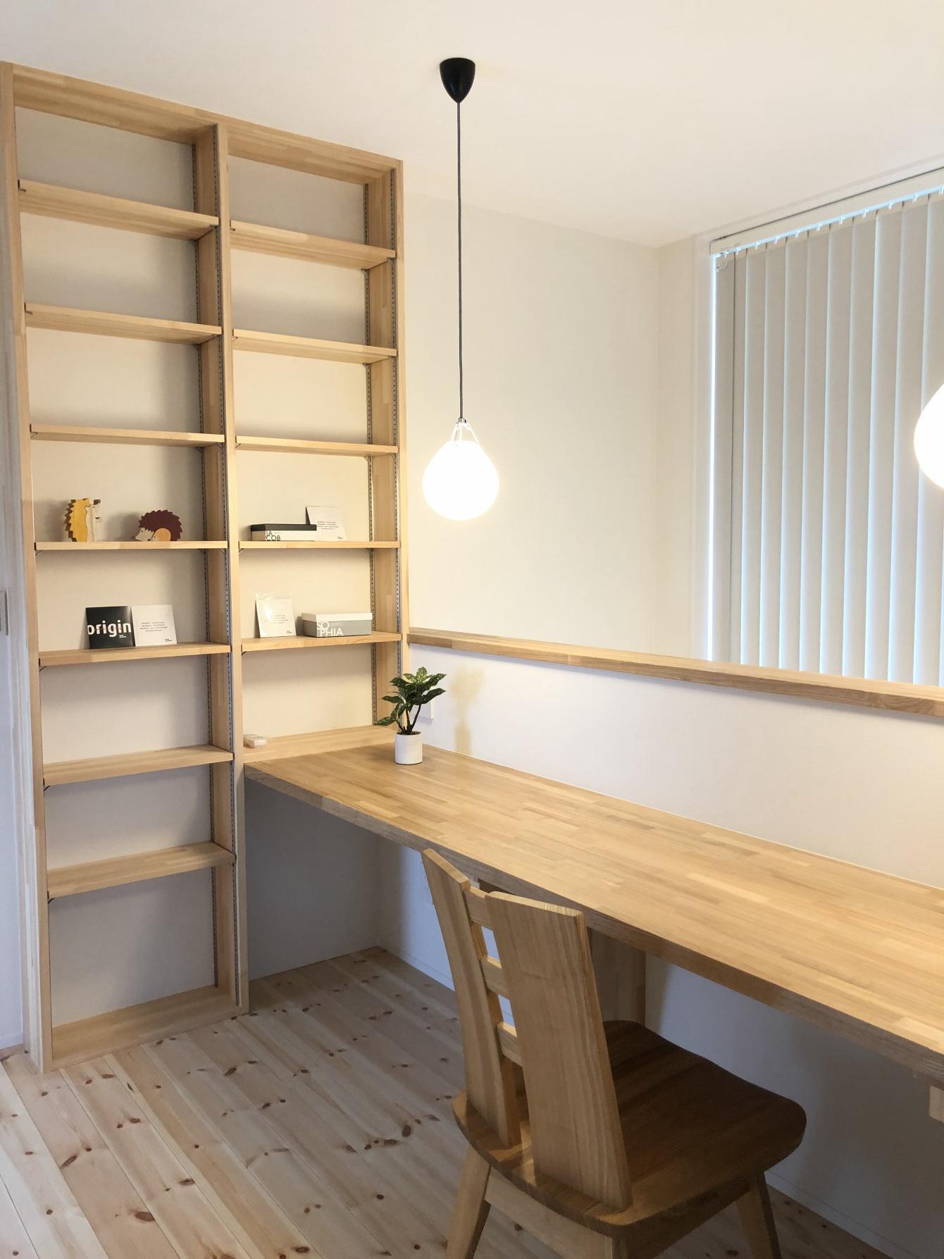 田村市の施工例、コンパクト&北欧デザインの家2階ワークスペース ルイスポールセン照明