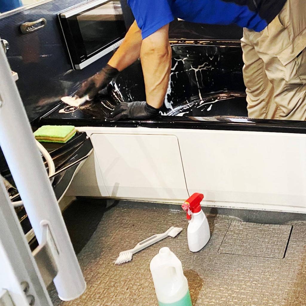 浴槽を掃除するハウスクリーニング業者