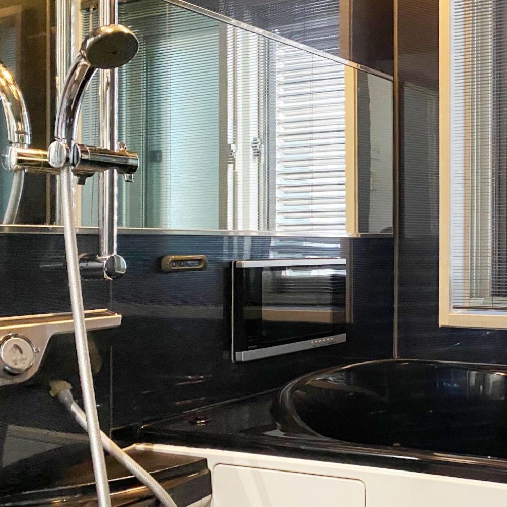 高級感あふれる黒い浴室と浴槽